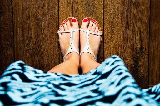サンダルを履いた足